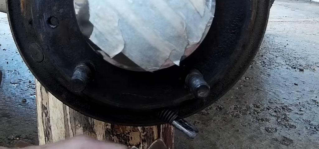 Замена задних тормозных колодок на Ладе 4х4, уберите шплинт, затем вытащите старую колодку