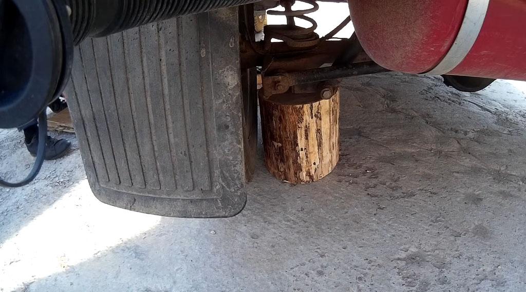 Замена задних тормозных колодок на Ладе 4х4, подставьте вниз деревянную колодку