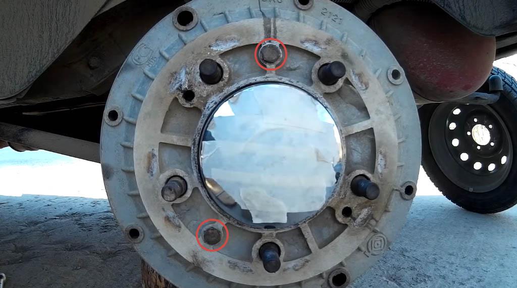 Замена задних тормозных колодок на Ладе 4х4, открутите 2 болта